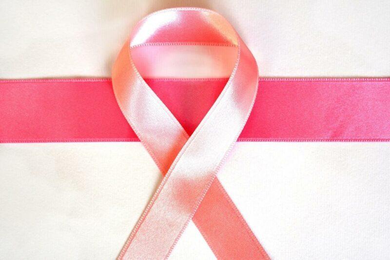 Laço rosa símbolo da campanha de conscientização do câncer de mama.