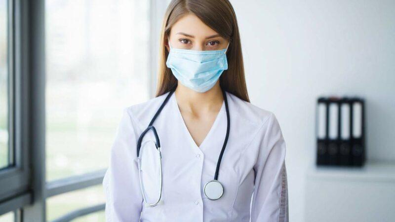 Médica mulher especialista em câncer de mama.