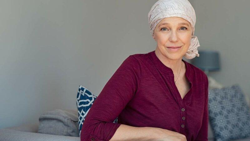 Mulher com câncer de mama em fase terminal.