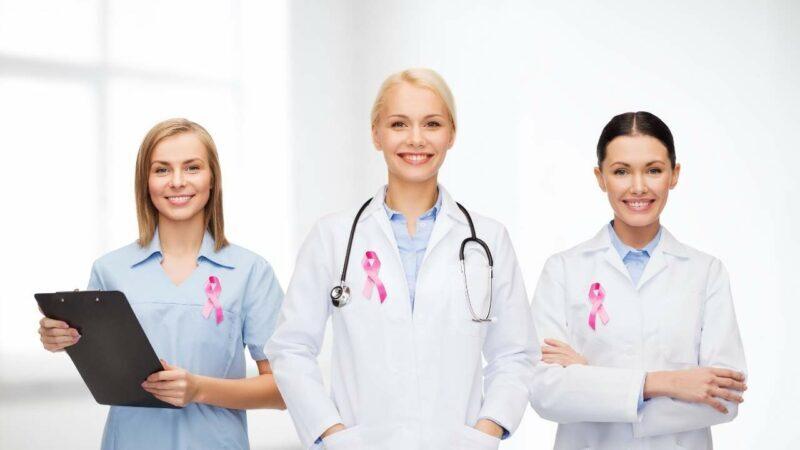 Médicos especialistas em câncer de mama.