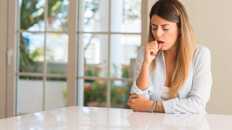 Mulher jovem com tossse.