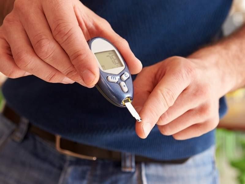 Homem aferindo diabetes.